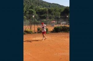 La terre battue de Monte-Carlo est l'occasion de rencontrer de grosses pointures du tennis nternational (Six jeunes du CASCOL tennis ont eu la chance de faire un stage à Villeneuve Loubet et de fouler la terre battue de Monte-Carlo (photo : le Progrès)