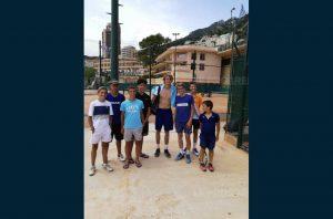 Six jeunes du CASCOL tennis ont eu la chance de faire un stage à Villeneuve Loubet et de fouler la terre battue de Monte-Carlo (photo : le Progrès)